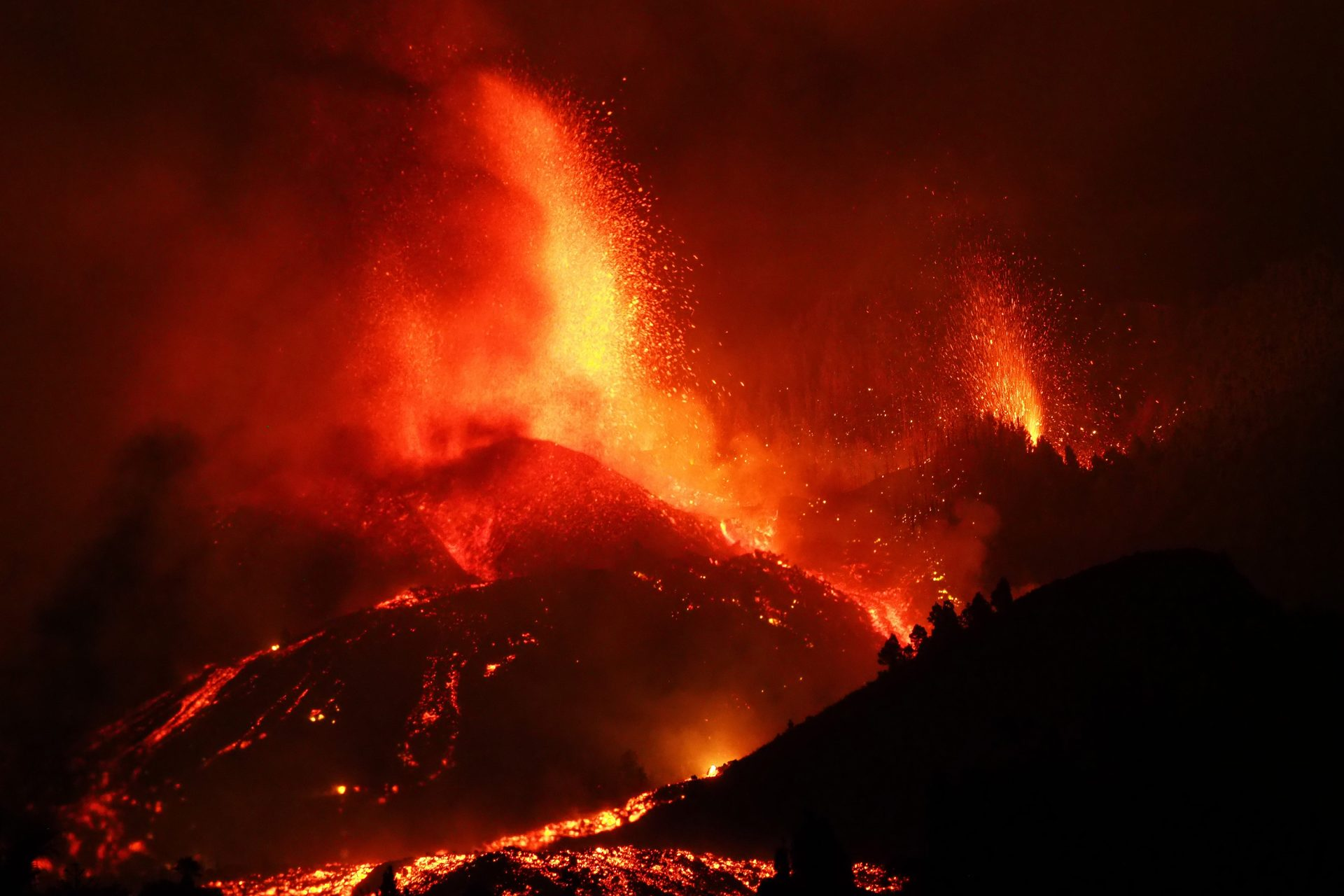 New, stunning images of the volcano eruption in Spain